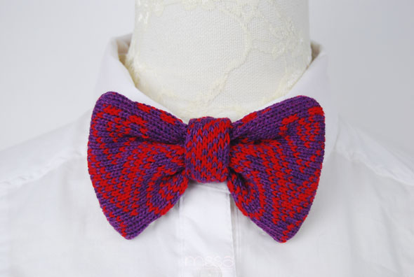 Knitted bow tie in heart/arrow pattern